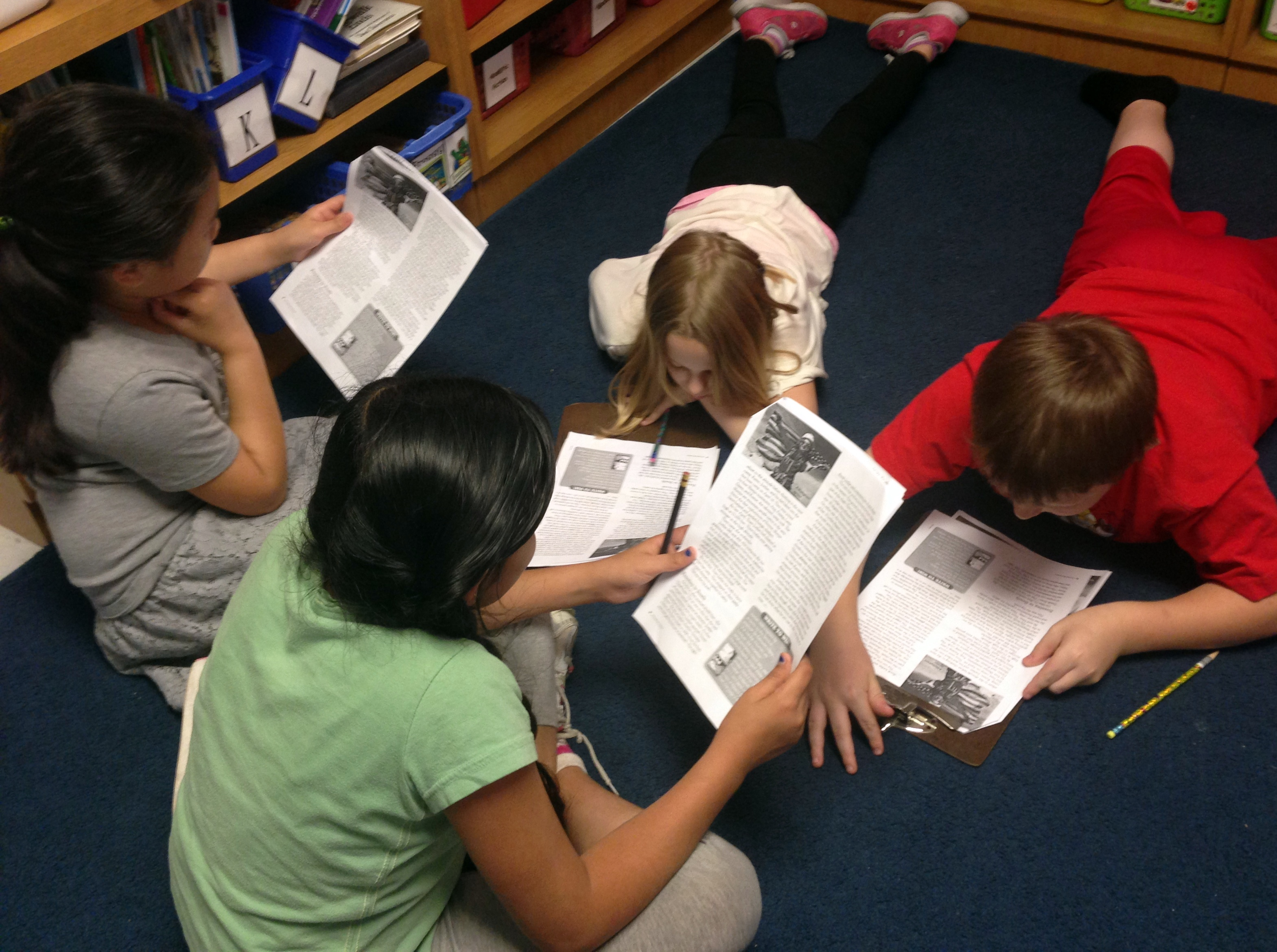 4 students working in a club to discuss a reading passage